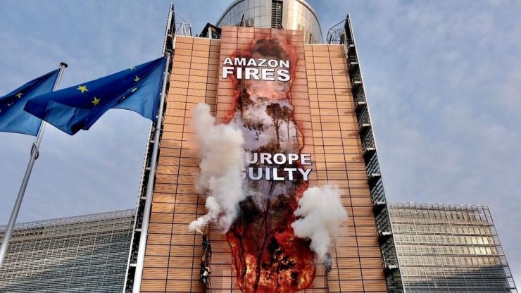 Greenpeace 'hackea' a la Comisión Europea con una imagen de los incendios de la Amazonía