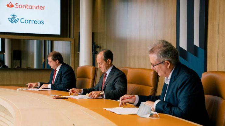 ¿Adiós a los cajeros?: Servicio de dinero a domicilio como principal arma del acuerdo entre Santander y Correos