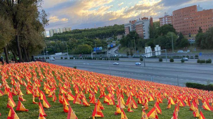 Colocan 53.000 banderas de España como homenaje a las víctimas del coronavirus