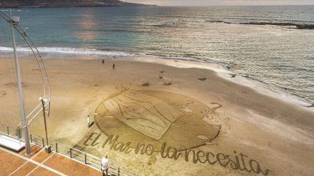 Una gran postal de arena para denunciar el impacto de las mascarillas abandonadas en el mar