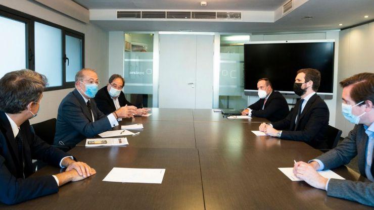 Casado defiende el reagrupamiento de los partidos constitucionalistas para afrontar la crisis