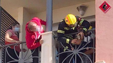Un niño de dos años queda atrapado en la barandilla de un hotel en Alicante