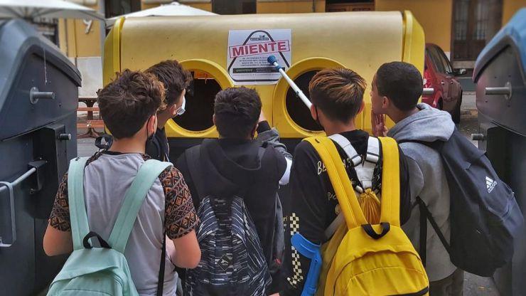 'Ecoembes miente': Miles de pegatinas aparecen en contenedores amarillos de toda España