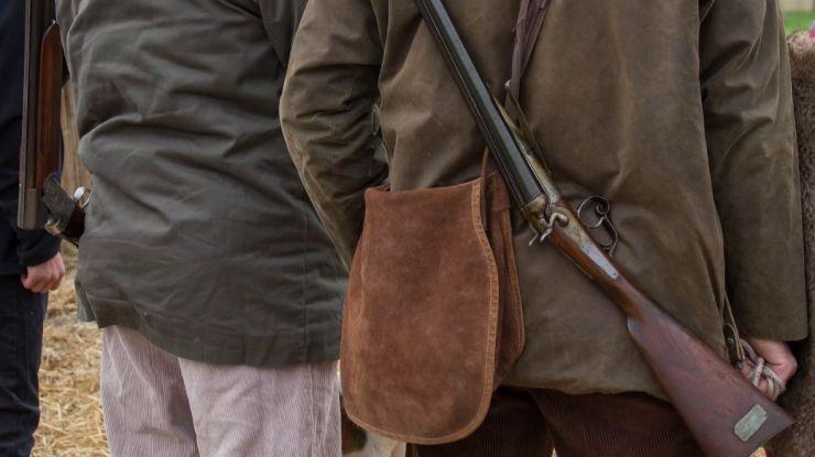 Se le dispara el arma tras sufrir un traspiés y mata a su compañero de caza