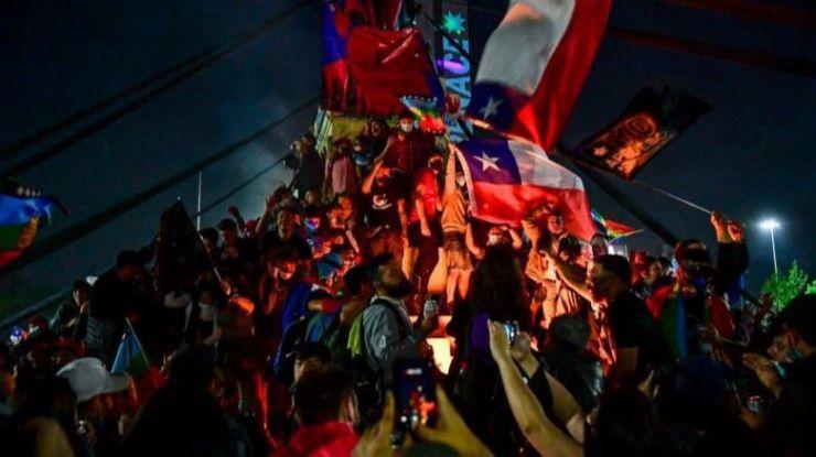 IU: 'Chile pone punto y final de forma brillante a la 'democracia condicionada' que arrastraba'