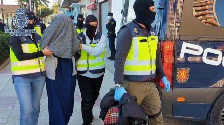 Detienen a una joven española que planeaba viajar a Siria para unirse a DAESH