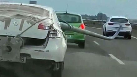 Circulando por la autovía con una farola robada sobresaliendo por la ventanilla