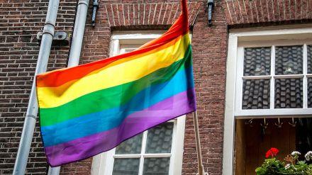 Migrantes españoles LGTBIQ+ afrontan discriminación y violencia en Alemania