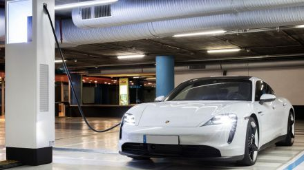 Coches eléctricos: Porsche apuesta por cargadores 'superrápidos' en las principales ciudades