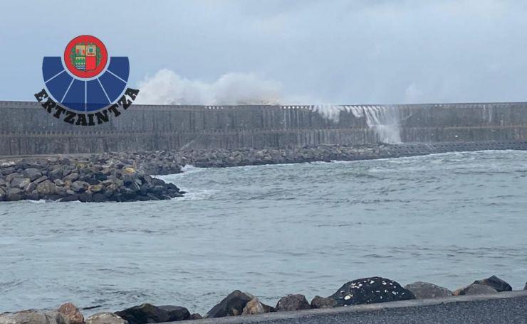 Susto viral: Un remero es arrastrado por las olas mientras corría en Orio