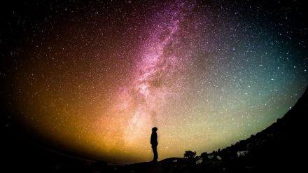 Una mirada al cielo: De los entresijos de la materia oscura a la existencia de extraterrestres