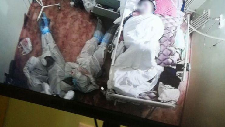 Viral: Tres sanitarios pasan la noche en vela junto a la cama de una paciente con coronavirus