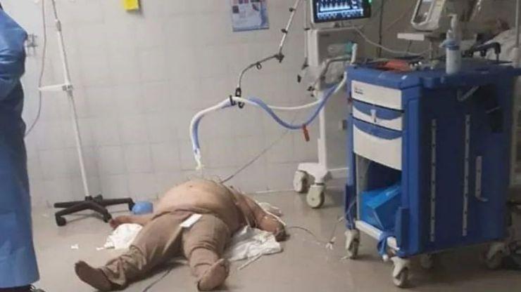La imagen viral de un paciente de Covid-19 que fue atendido en el suelo de un hospital