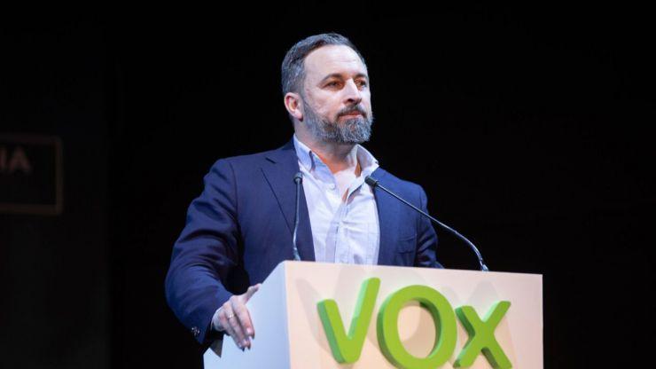 Abascal: 'Sánchez e Iglesias siguen calentándose mutuamente los sillones del poder'