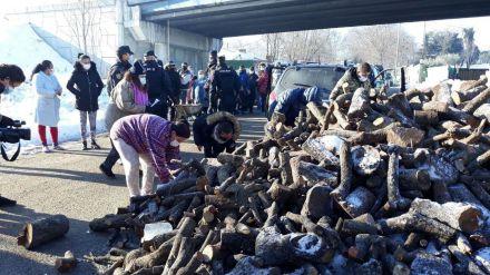 Unidas Podemos envía 11.000 kilos de leña a la Cañada Real ante la 'inacción' de Ayuso