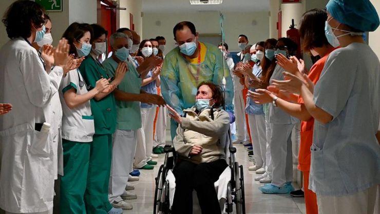 Recibe el alta una paciente ingresada 10 meses por Covid-19