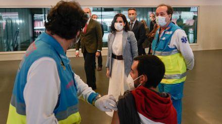 Madrid comienza a vacunar frente al COVID-19 a policías municipales, bomberos y Protección Civil