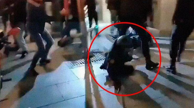 Detenidas dos personas por agredir a una policía durante los disturbios de la semana pasada