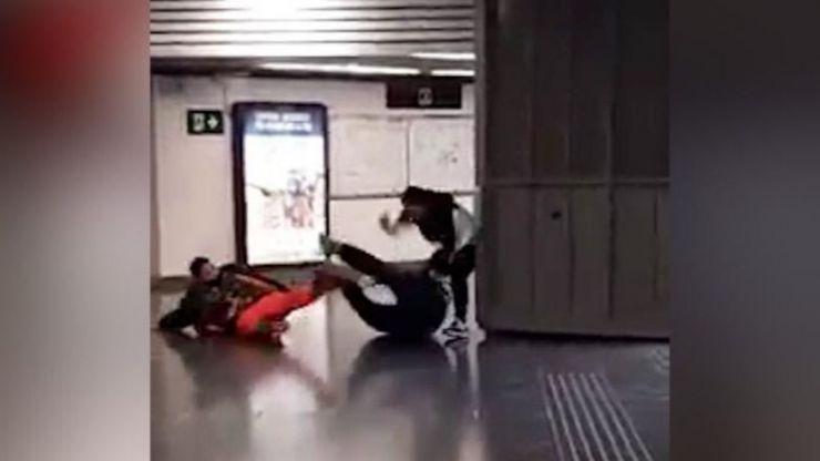 Agreden a un vigilante de seguridad por reprocharles colarse en el tren en Barcelona