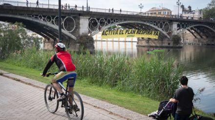 Acción de Greenpeace en el puente de Triana para pedir la activación del Plan Respira