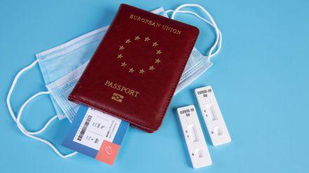 La 'inaudita' decisión de Bruselas de aceptar un pasaporte de vacunación restringido