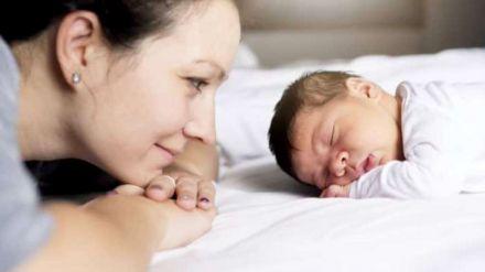 La justicia reconoce el derecho de una mujer sin pareja a acumular el permiso de maternidad y de paternidad