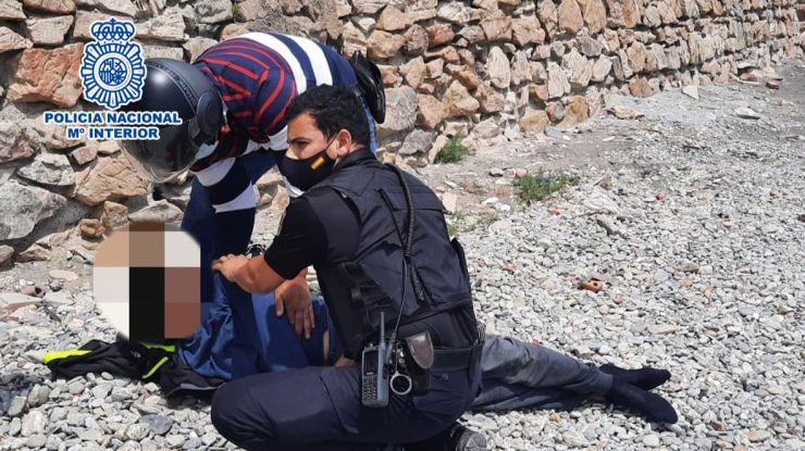 La Policía salva a un joven inmigrante marroquí que intentaba ahorcarse en plena calle en Ceuta