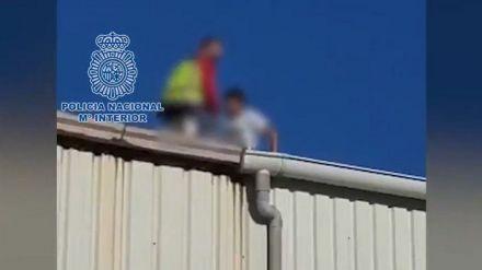 Tejado nave Tarajal: Un policía nacional auxilia a un MENA con fractura de pierna
