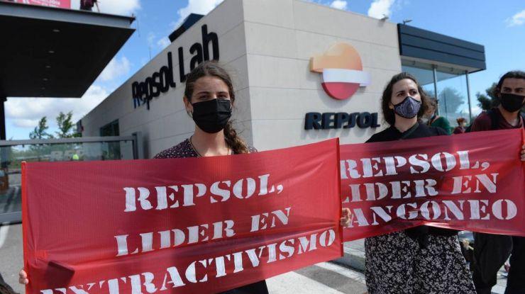 Un centenar de activistas bloquean la entrada del centro de investigación de Repsol en Móstoles