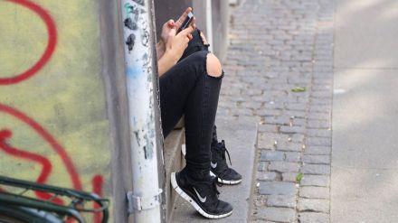 Un año de prisión para una mujer que acosó a su cuñada con 500 mensajes de WhatsApp y SMS