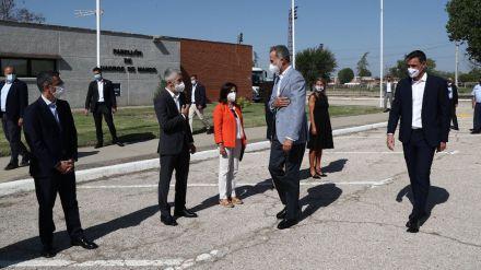 Pedro Sánchez acompaña a Felipe VI en su visita al dispositivo de acogida temporal para los afganos