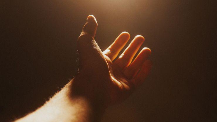A Dios rogando y con el mazo dando