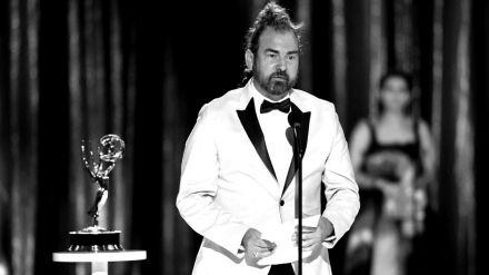 Vacunado y sin patologías previas: Muere por Covid Marc Pilcher, el premiado estilista de 'Los Bridgerton'