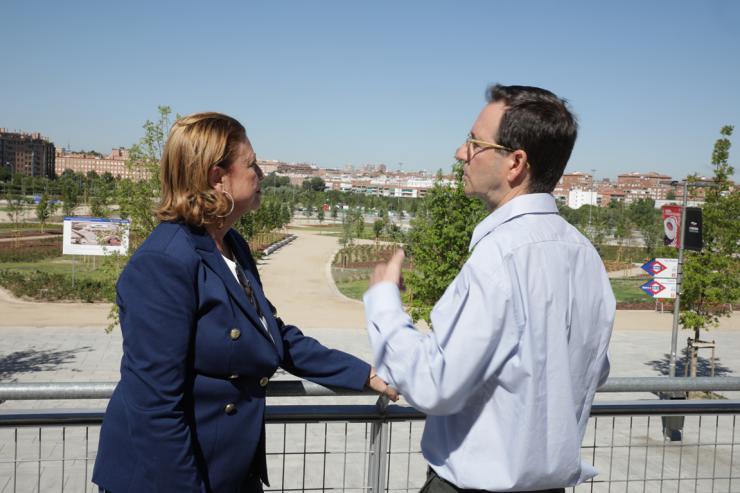 La delegada de Obras y Equipamientos visita el nuevo parque y los jardines del entorno del Wanda Metropolitano