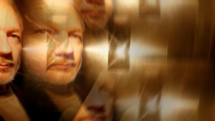 Primera y preocupante aparición pública de Assange en meses