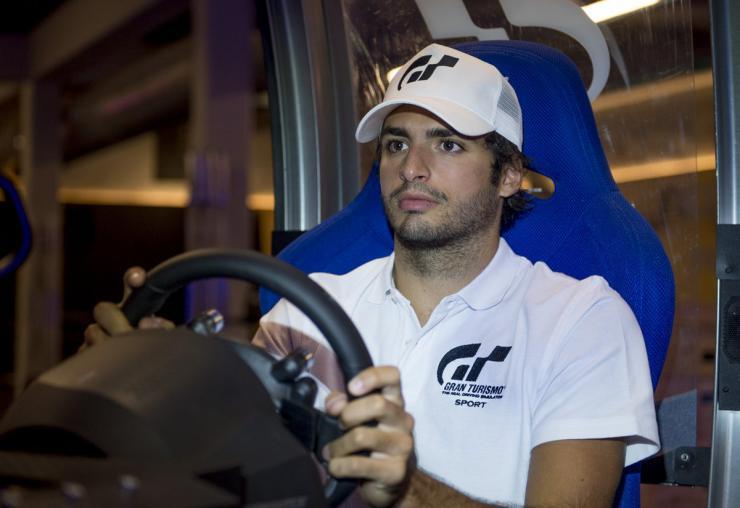 Carlos Sainz confiesa sentirse 'en manos de Red Bull' en la presentación de 'GTSport'