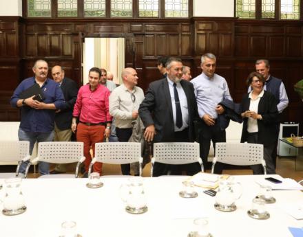 Carmena se reúne con los representantes del sector del taxi para solucionar sus problemas