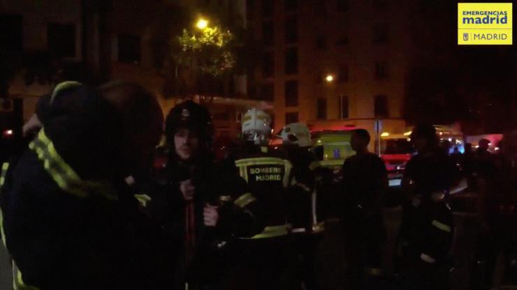 La policía salva a un joven atrapado en un incendio en Madrid