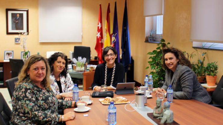 La alcaldesa de Pozuelo trata asuntos sobre seguridad y emergencias con la nueva gerente de Madrid 112