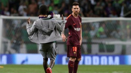 Besa los pies de Messi en territorio de Cristiano Ronaldo