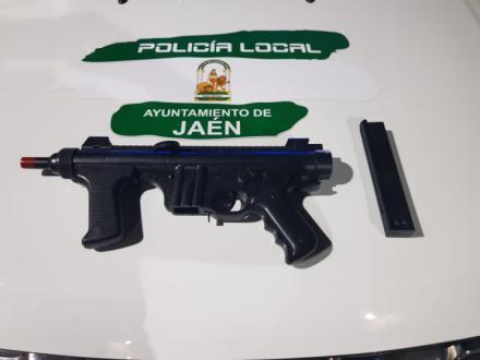La Policía Local de Jaén intercepta un vehículo cuyo copiloto exhibió amenazante una metralleta por la ventanilla