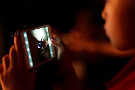 Lo que te puede pasar si miras el móvil antes de dormir…