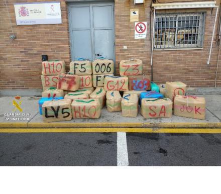 La Guardia Civil interviene 2.407 kilos de hachís tras impedir su alijo en Algeciras