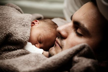 La Seguridad Social ha tramitado 65.386 procesos de maternidad y 70.705 de paternidad en el primer trimestre