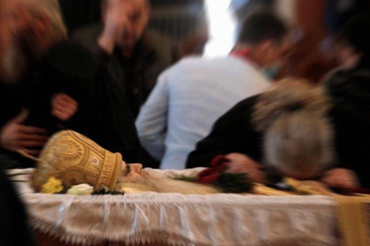 Miles de personas dan 'el último beso' al arzobispo de Montenegro tras morir por Covid-19