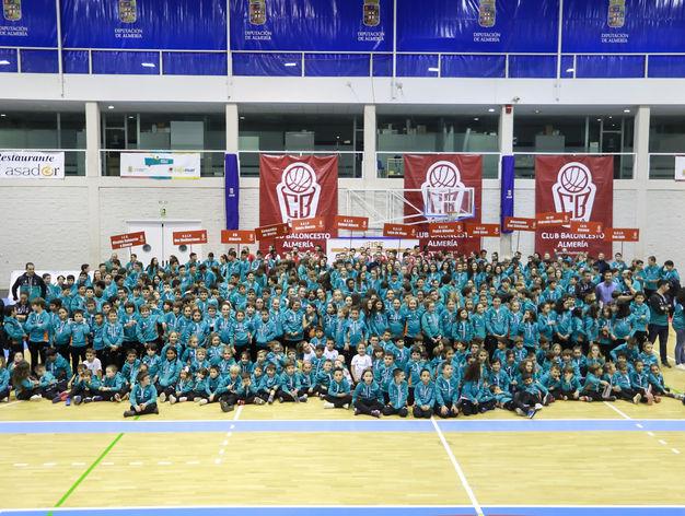 El alcalde arropo la presentación de la escuela deportiva del CB Almería y el reconocimiento a los doce colegios que colaboran