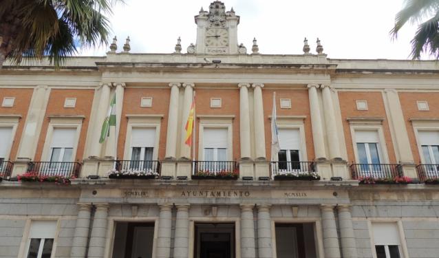El Ayuntamiento de Huelva se suma a la conmemoración del Día Mundial de la ELA iluminando de verde su fachada